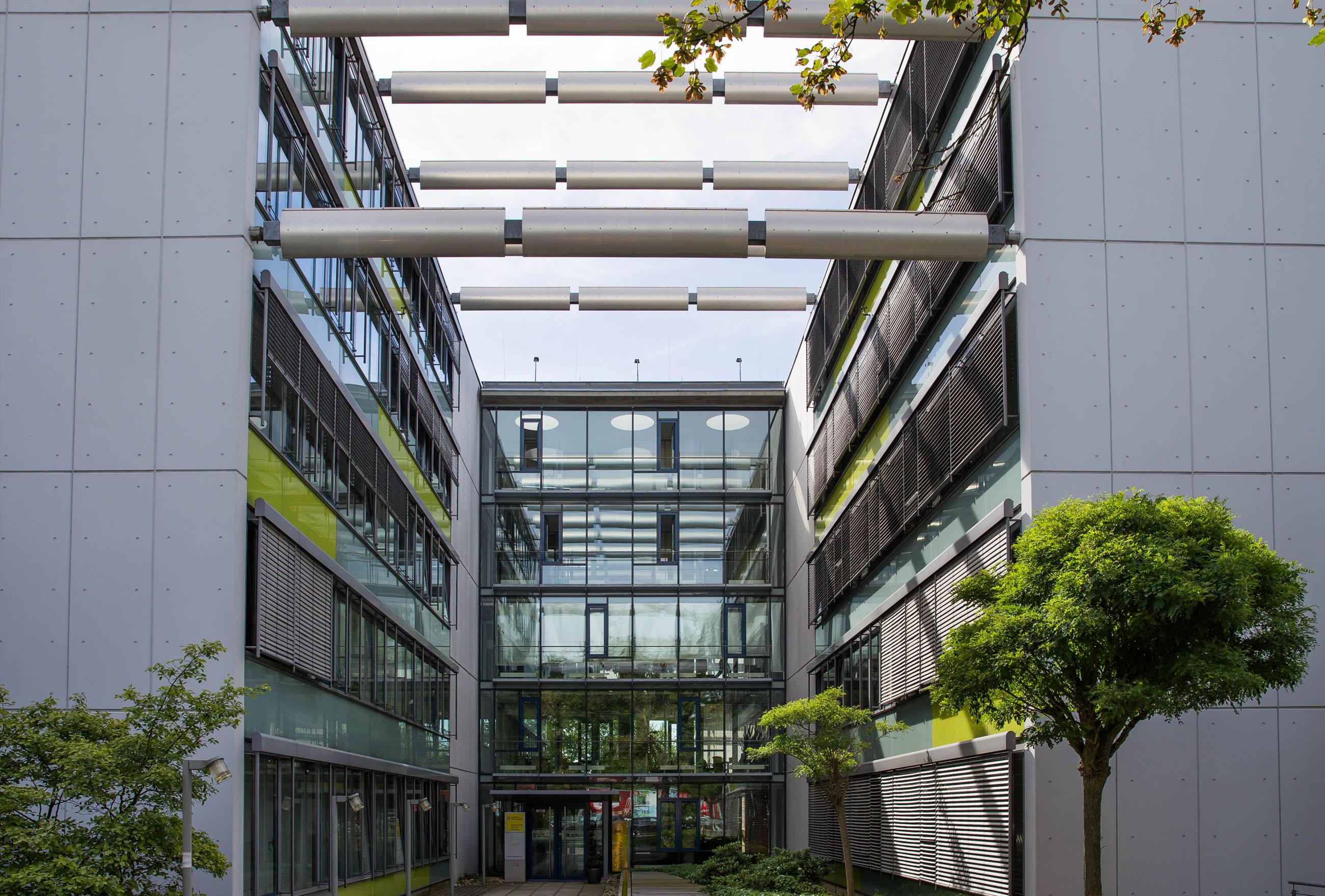 Gebäude mit vielen Fenstern und Pflanzen