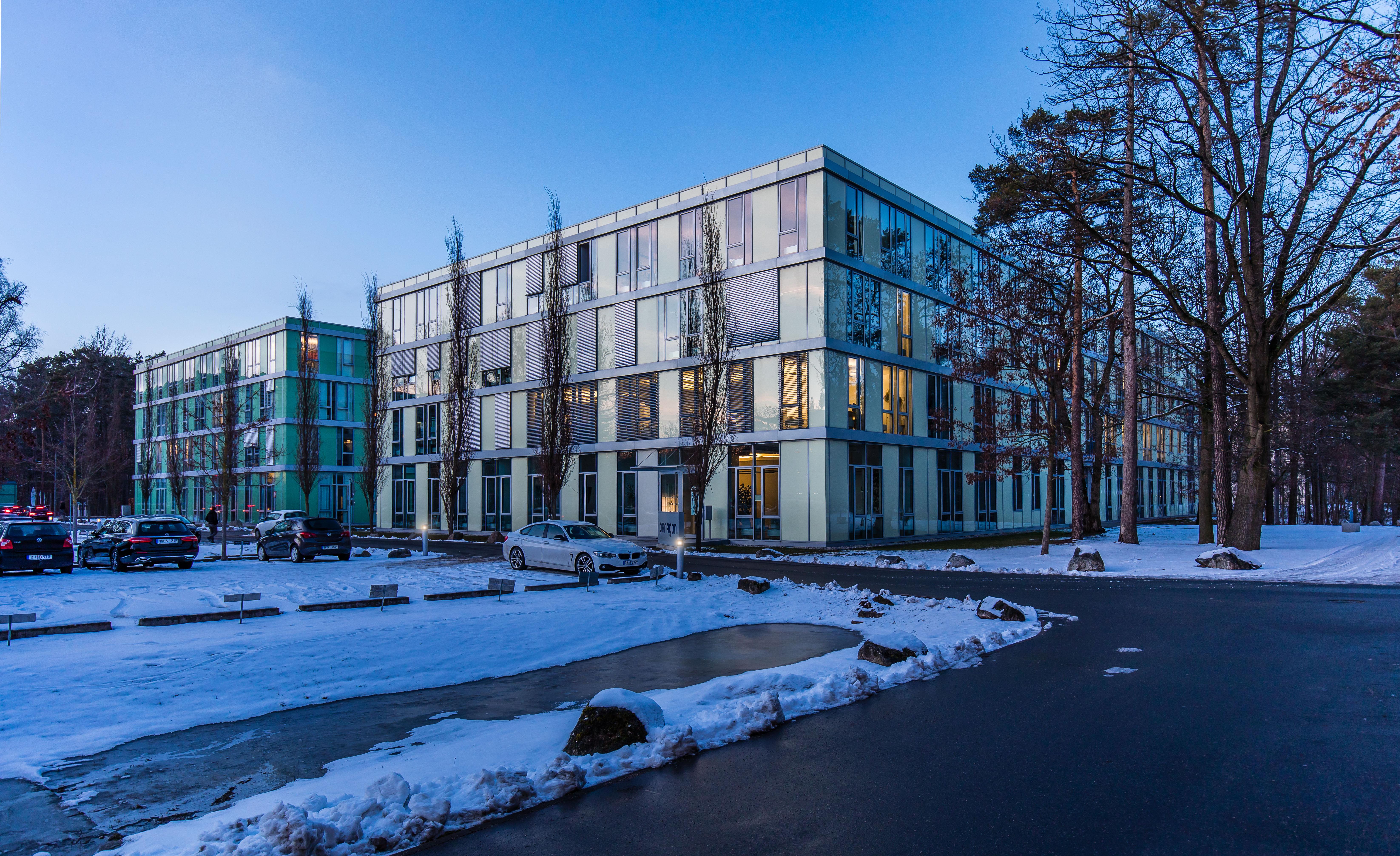 Geschäftsgebäude im Winter